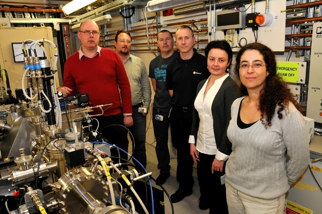 Senior support scientist Tina Geraki (far right) and the rest of the team on I18